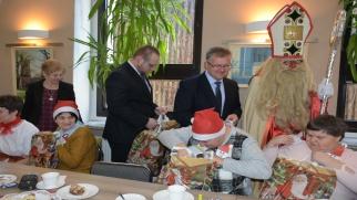 Święty Mikołaj dzielił prezentami